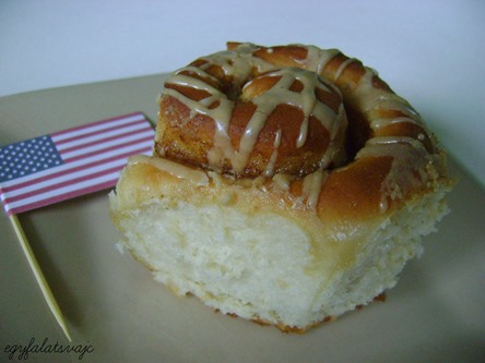 """""""cukormázzal jobb az élet"""" - legalábbis a szlogen szerint, én anélkül is szeretem ezt a fahéjas sütit"""